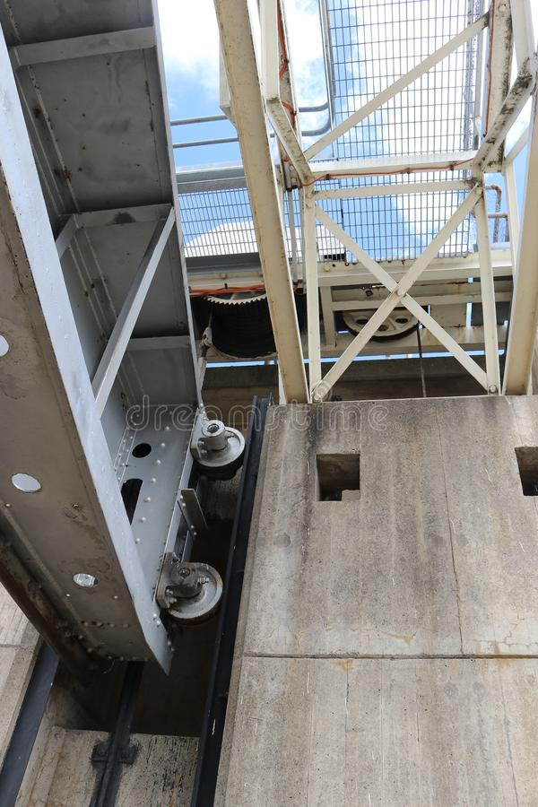 La mirada para arriba hacia el puente del acceso y abre las puertas del aliviadero en un re imagen de archivo libre de regalías