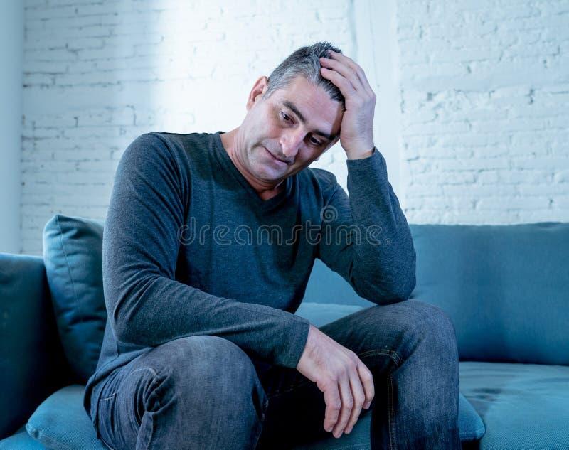 La mirada triste desesperada de la sensación atractiva del hombre se preocupó la depresión sufridora pensativa y sola deprimida e fotos de archivo libres de regalías