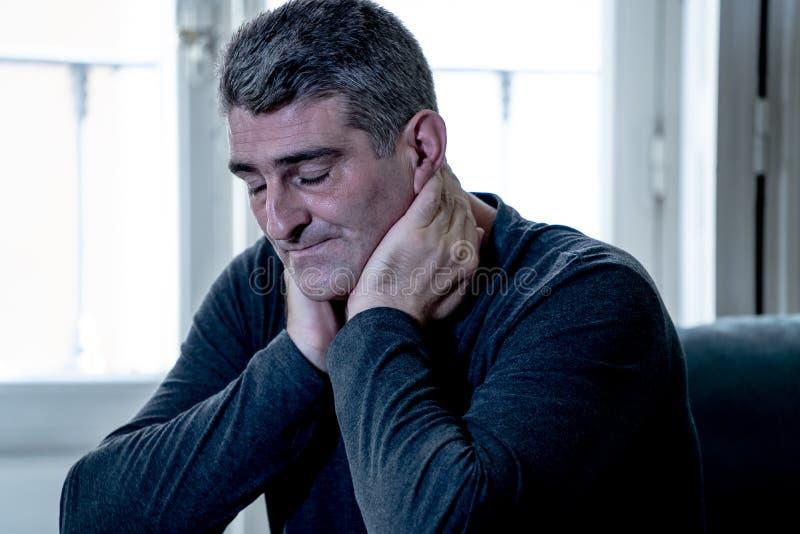 La mirada triste desesperada de la sensación atractiva del hombre se preocupó la depresión sufridora pensativa y sola deprimida e imagen de archivo libre de regalías