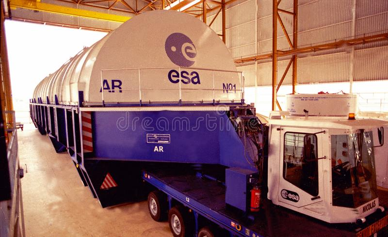 La misión espacial de la unión europea en Kourou, Suramérica: Un transportador enorme para el transbordador espacial fotos de archivo