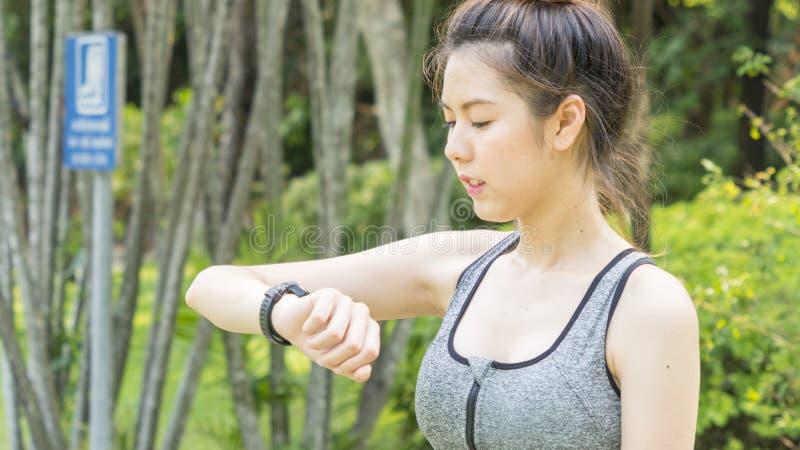 La misura sana sveglia asiatica e signora teenager esile costante esaminano l'astuto fotografia stock