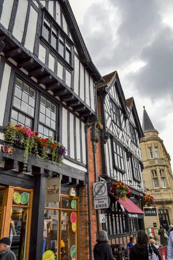 La mitad enmaderó casas en Stratford-sobre-Avon, Inglaterra imagen de archivo