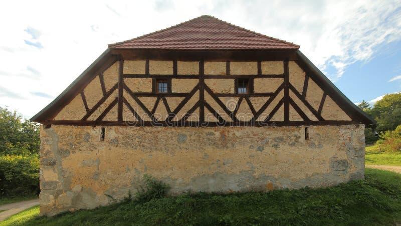 La mitad histórica enmaderó el granero en Pfaffenhofen, Palatinado superior, Alemania imagen de archivo