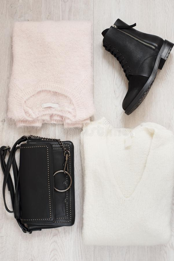 La moda de moda de las mujeres viste el collage con los suéteres, las botas y el bolso Endecha plana foto de archivo