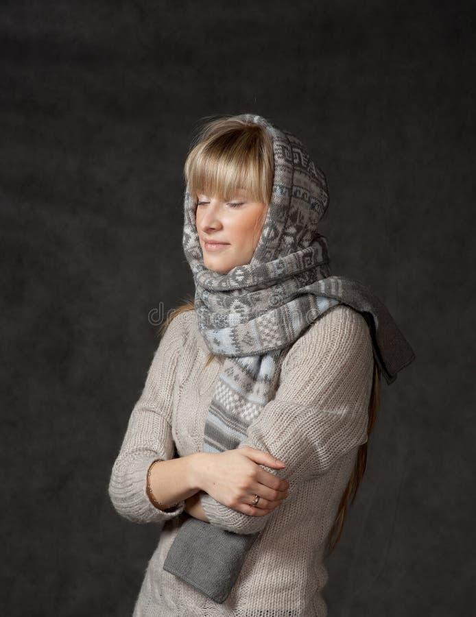 La moda del invierno tiró de una muchacha hermosa con de largo imagen de archivo