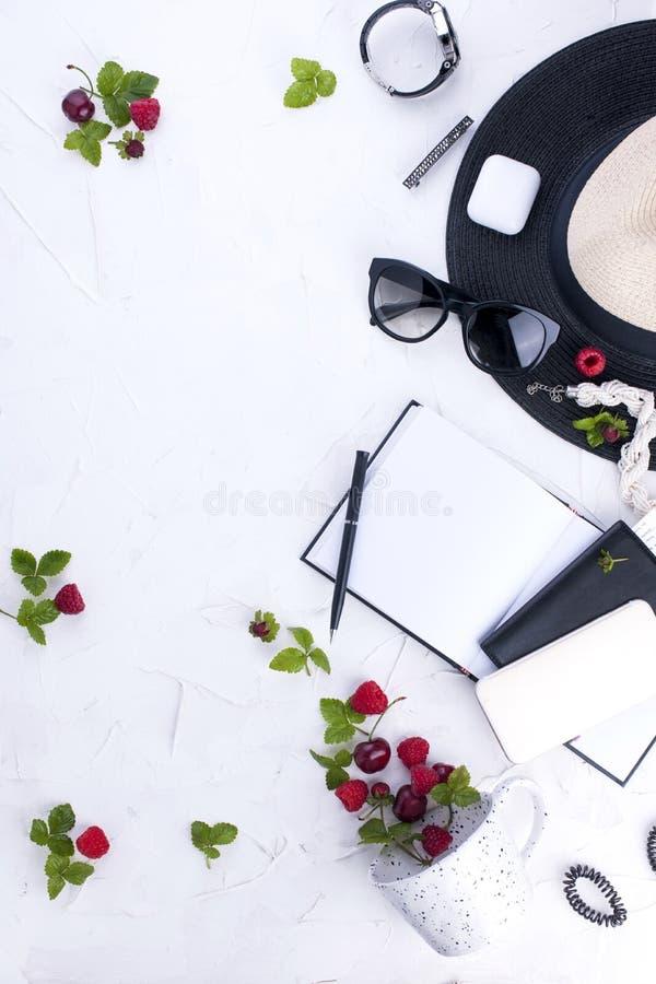 La mode à la mode de femme vêtx le collage sur le blanc, configuration d'appartement, vue supérieure Accessoires du ` s de femmes photo stock