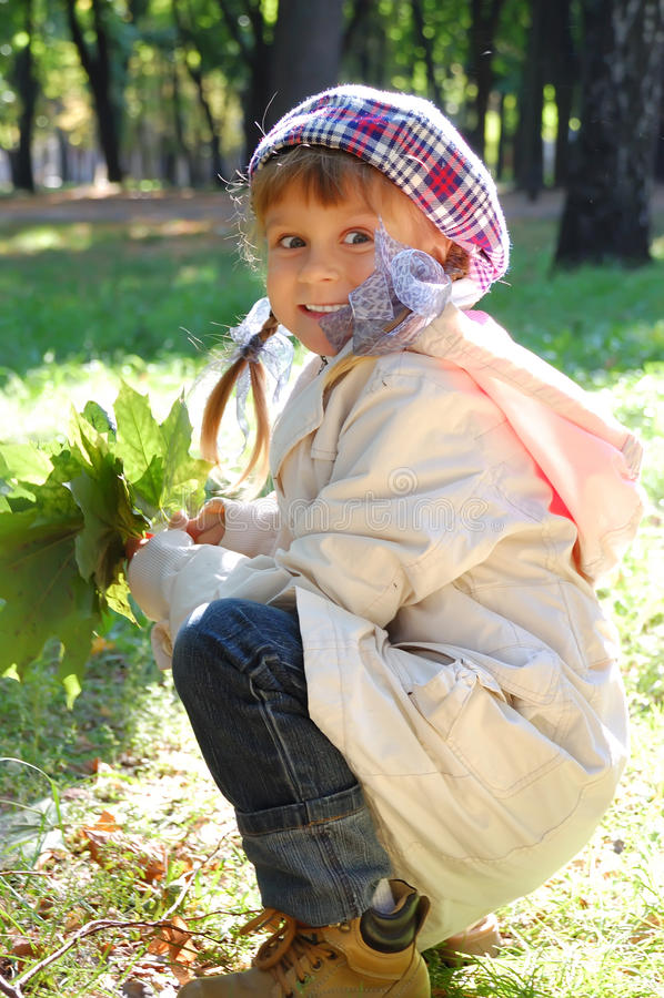 La mode d'automne laisse l'enfant photos stock