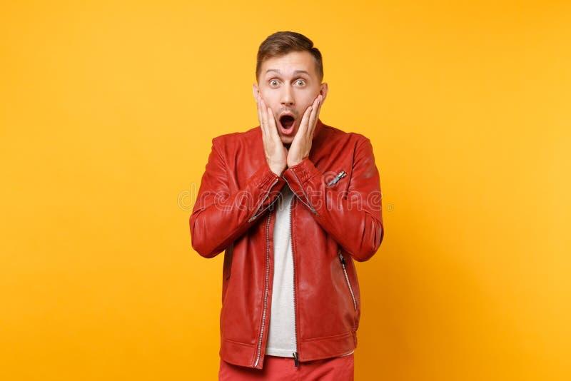 La mode de portrait a choqué le jeune homme beau 25-30 ans dans la veste en cuir rouge, position de T-shirt d'isolement sur lumin images libres de droits