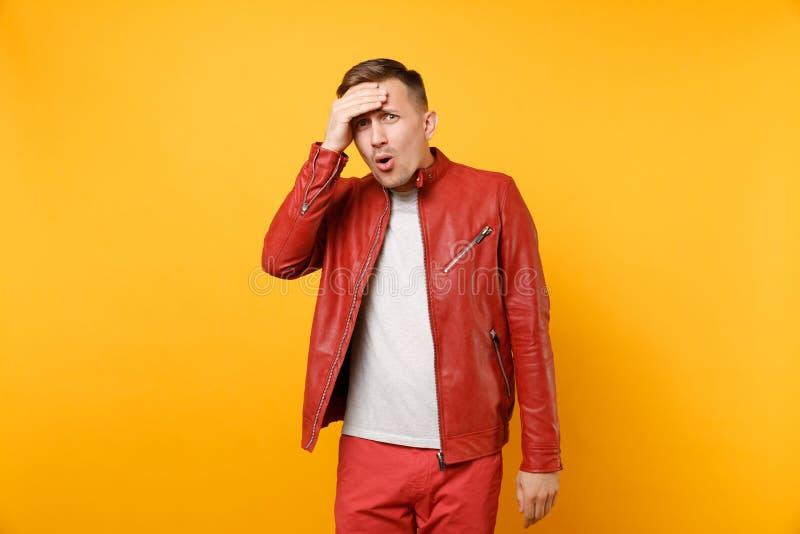 La mode de portrait a choqué le jeune homme beau 25-30 ans dans la veste en cuir rouge, position de T-shirt d'isolement sur lumin images stock