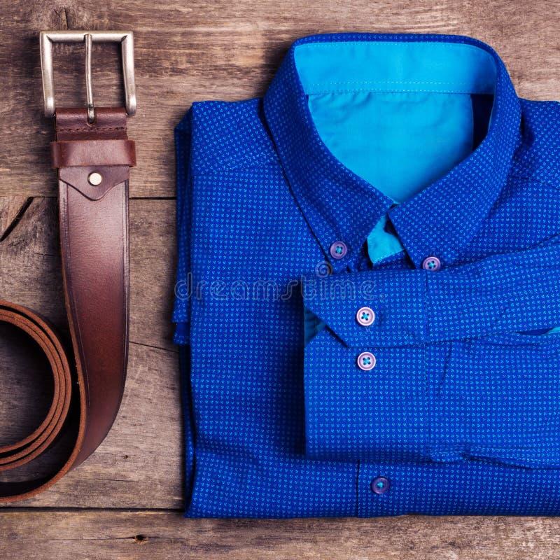 La mode et les équipements des hommes occasionnels sur la table en bois, configuration plate, vue supérieure place photos libres de droits