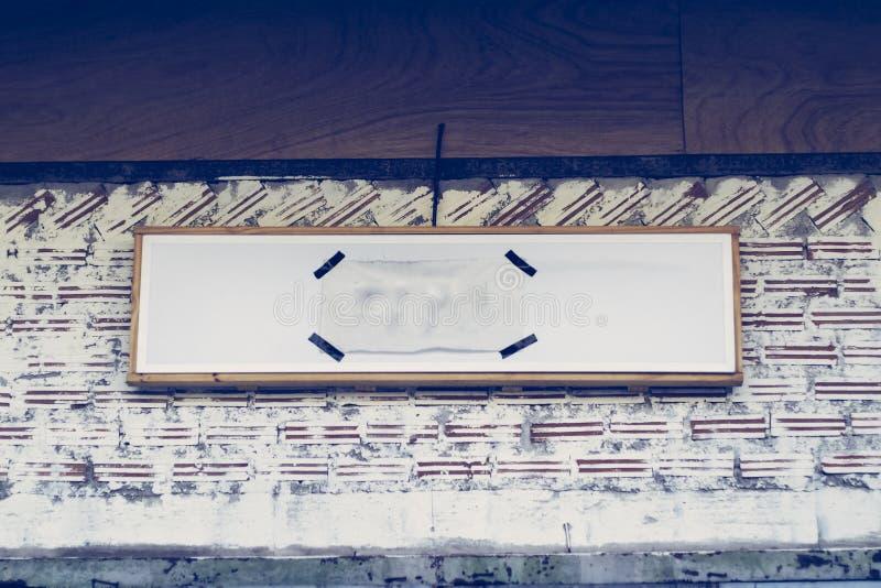 La mofa al aire libre vac?a blanca de la se?alizaci?n del negocio hasta a?ade el logotipo de la compa??a Idea hecha a mano foto de archivo