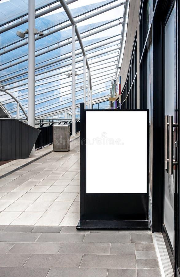 La mofa clara del tablero de la señalización de la calle encima de la plantilla colocó la tienda exterior imagen de archivo libre de regalías