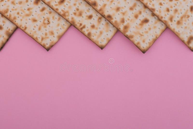 La mofa del fondo de la pascua judía encima del plano de la textura del Matzah pone el día de fiesta judío Nisan del pesach imagenes de archivo