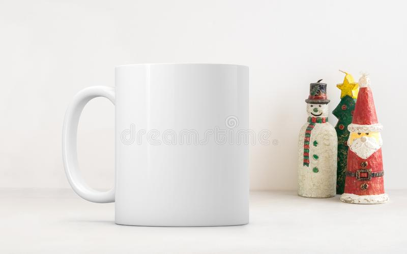 La mofa en blanco blanca del tema de la Navidad de la taza de café hasta añade crea para requisitos particulares o cita imagen de archivo
