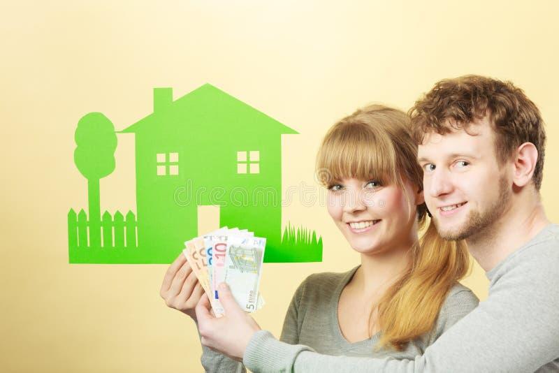 La moglie ed il marito tiene la casa di carta immagine stock libera da diritti