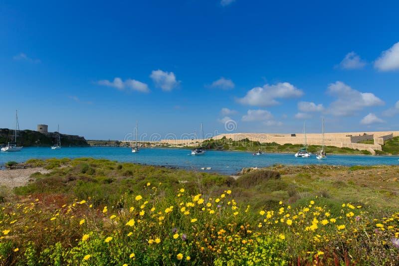 La Mola de Menorca em Mahon com os veleiros ancorados imagem de stock