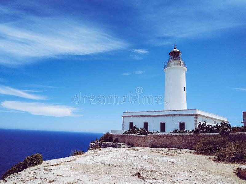 La Mola Lighthouse alla cima di una scogliera Con il mar Mediterraneo nei precedenti immagini stock libere da diritti
