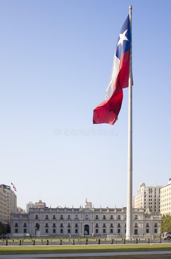 La Moneda,智利的有旗子的政府宫殿 免版税库存图片