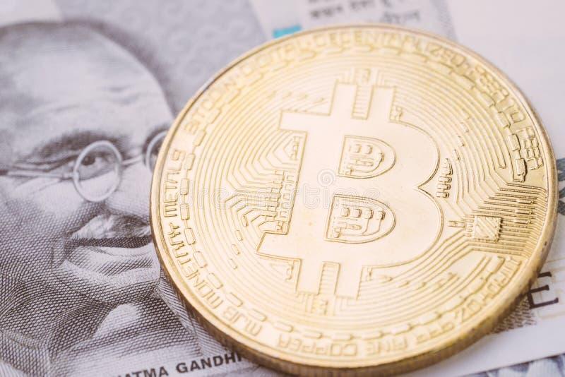 La moneda crypto de Bitcoin, dinero digital en el concepto de la India, se cerró encima de tiro de la moneda física con alfabeto  foto de archivo libre de regalías