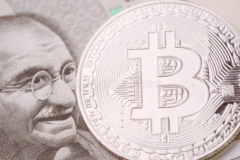 La moneda crypto de Bitcoin, dinero digital en el concepto de la India, se cerró encima de tiro de la moneda física con alfabeto  fotografía de archivo