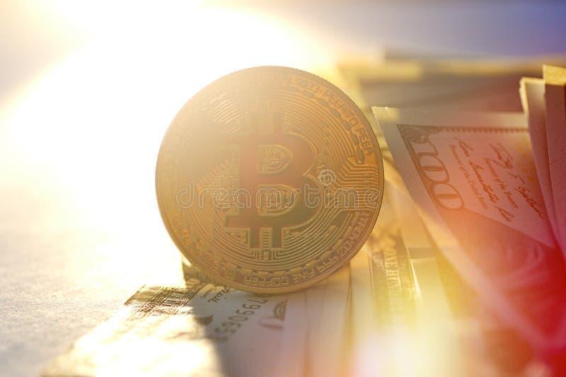 La moneda de oro del bitcoin en dólar se cierra para arriba, concepto financiero foto de archivo