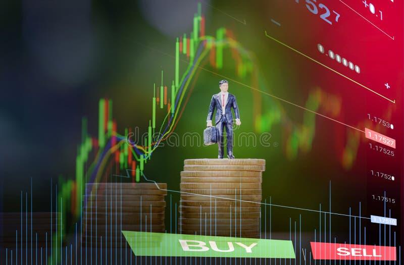 La moneda de oro intensifica concepto del planeamiento del éxito/la situación del hombre de negocios en éxito de la pila del dine foto de archivo libre de regalías
