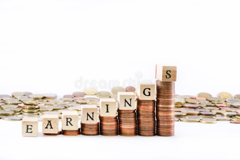 La moneda euro acuña la formación de una escala con los cubos de madera que terminan las ganancias de la palabra imágenes de archivo libres de regalías