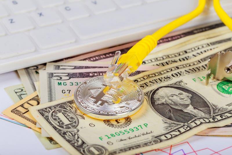 La moneta di bitcoin si trova sui dollari contro della scheda video fotografia stock libera da diritti