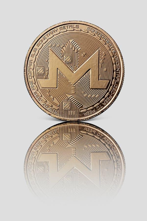 La moneta di Monero dell'oro è riflessa su un fondo lucido bianco Modo moderno dello scambio fotografie stock
