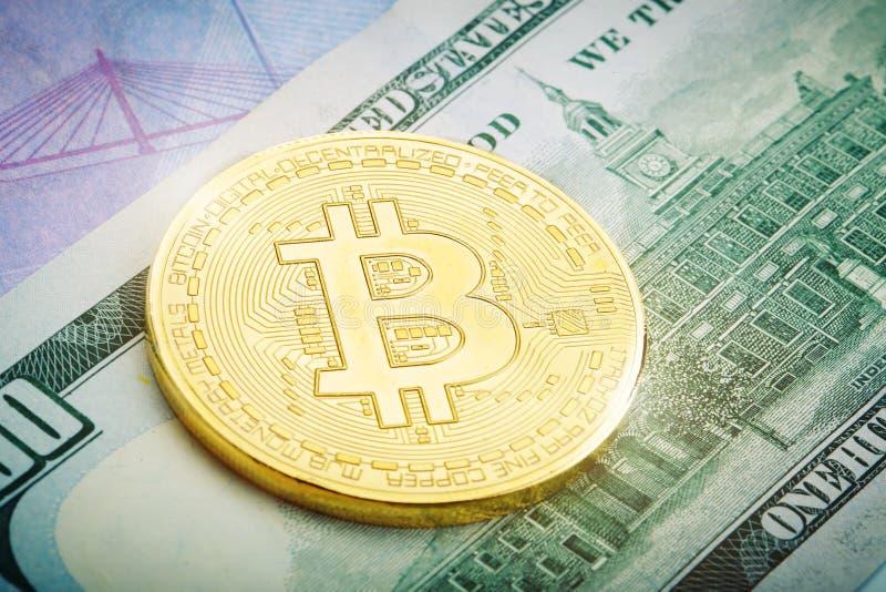 La moneta di oro di bitcoin si trova sul dollaro e sull'euro fotografie stock libere da diritti
