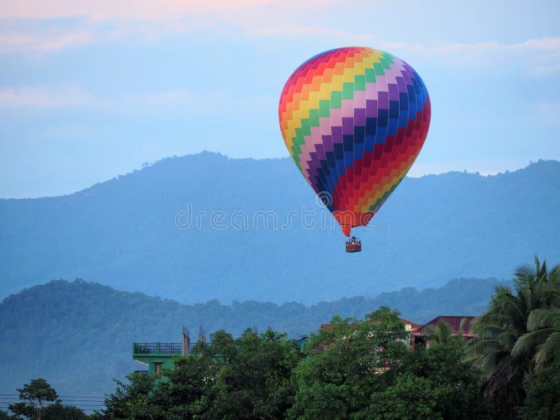 La mongolfiera variopinta decolla ed alzarsi fotografie stock libere da diritti