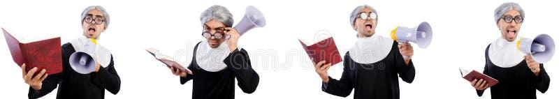 La monja de sexo masculino divertida con el megáfono aislado en blanco foto de archivo