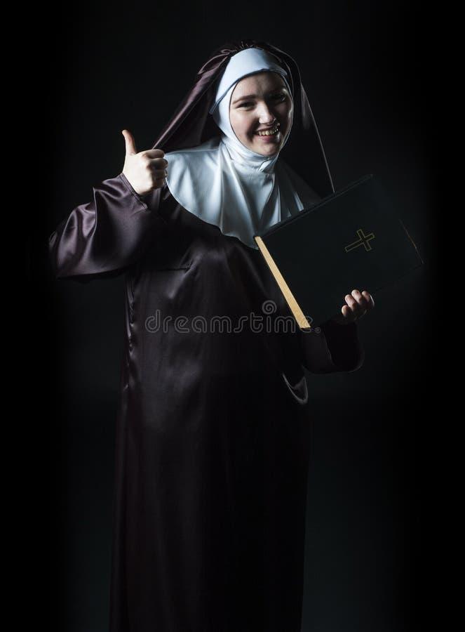 La monja hace publicidad de la biblia foto de archivo