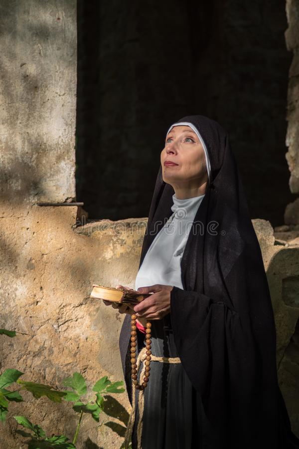 La monja ruega en el aire abierto fotografía de archivo