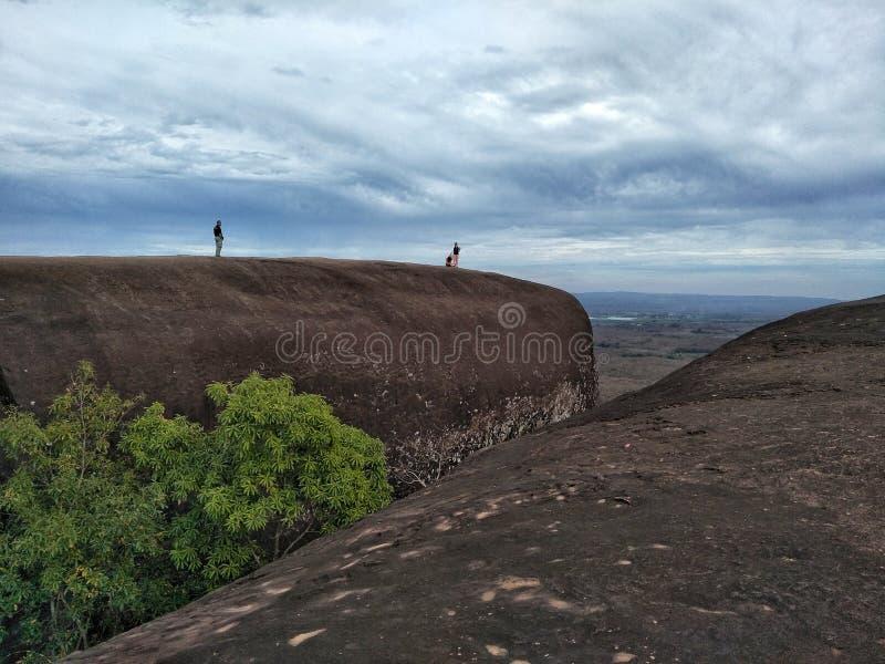 La montaña de piedra grande y el cielo en la provincia de Bueng Kan de Thailnad imagenes de archivo
