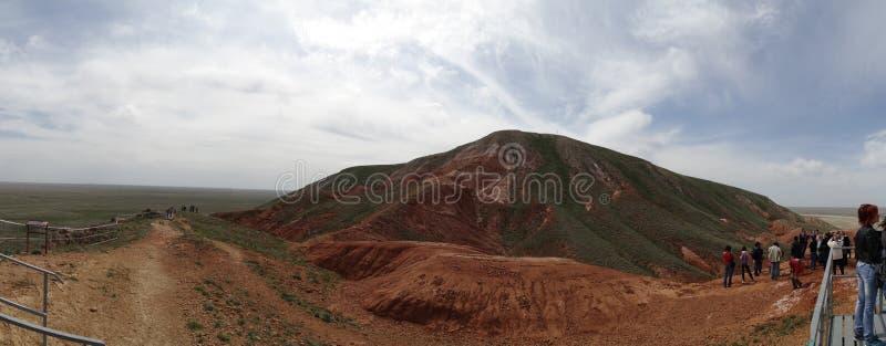 La montaña en el medio de la gran estepa fotografía de archivo