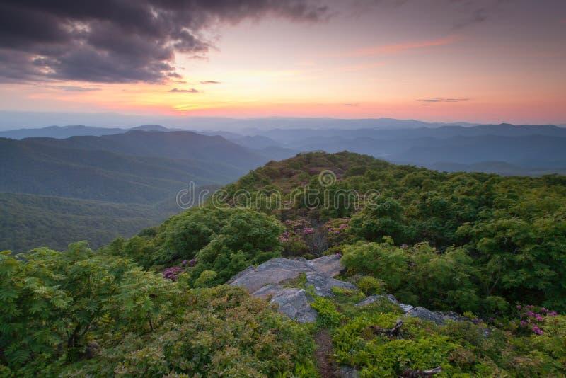 La montaña escarpada occidental del pináculo de Carolina del Norte pasa por alto foto de archivo