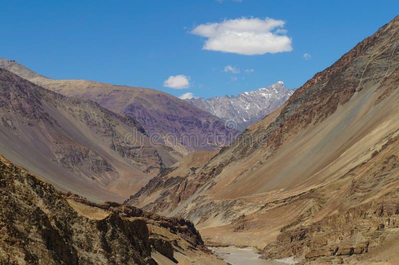 La montaña hermosa cerca de la confluencia de Zanskar e Indus rive fotos de archivo