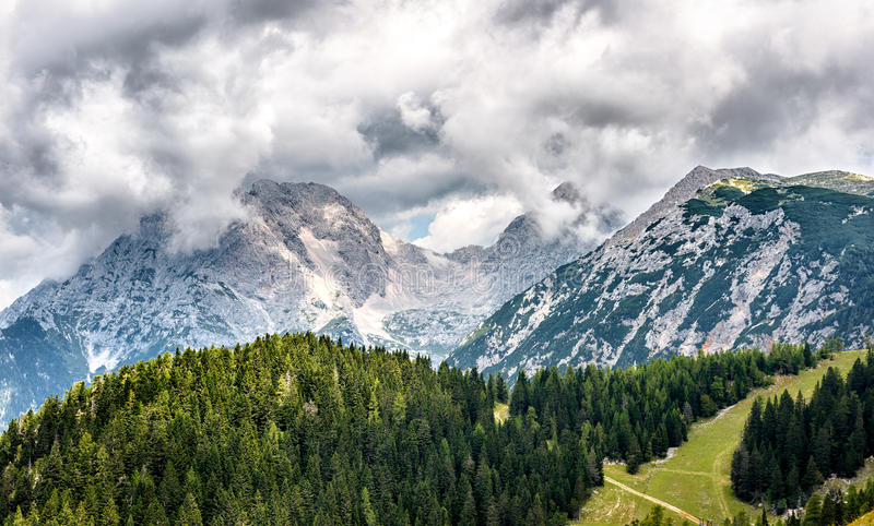 La montaña mira a escondidas Jezerska Kocna y Grintavec en el Al de Kamnik-Savinja imagen de archivo