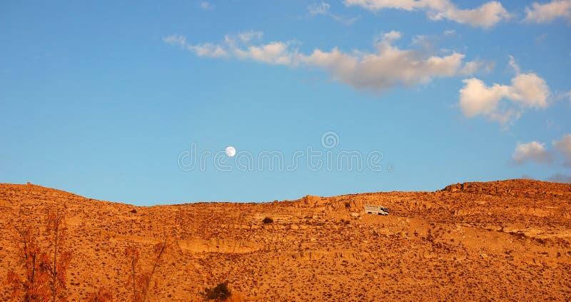 La montaña pasa encendido el camino al Petra imagen de archivo libre de regalías