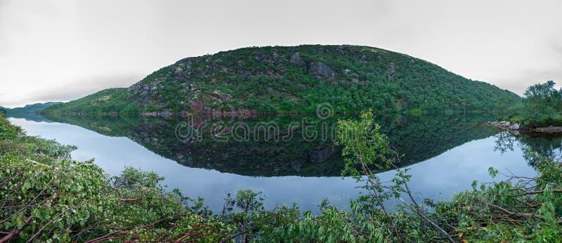 La montaña reflejó en el agua del lago imagen de archivo libre de regalías