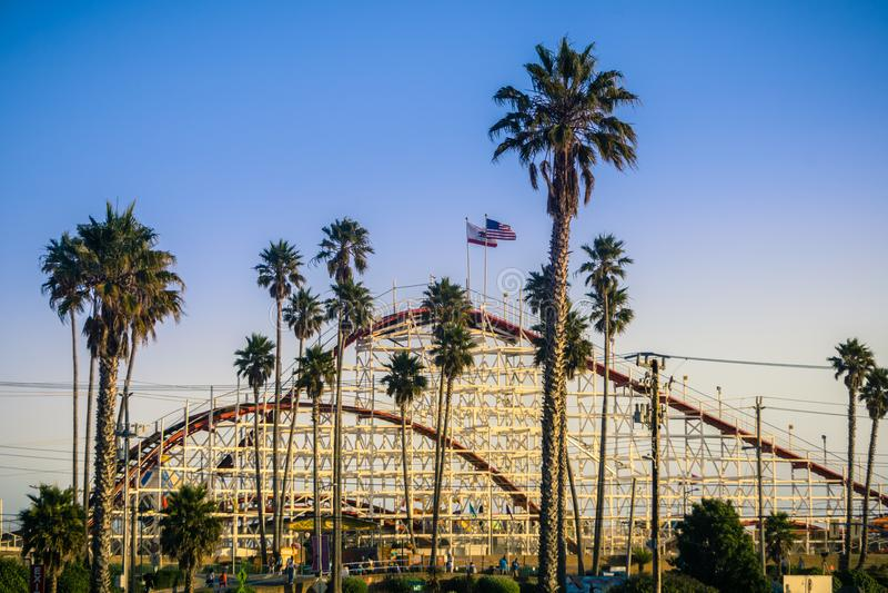 La montaña rusa gigante del cazo en parque de atracciones de Santa Cruz Beach Boardwalk en la puesta del sol, Californi foto de archivo libre de regalías