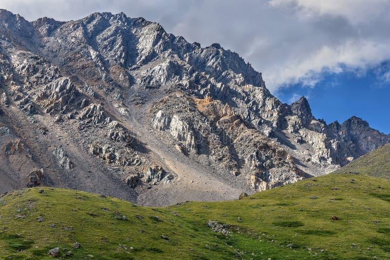 La montaña se nubla la cuesta del pico de la roca fotografía de archivo libre de regalías