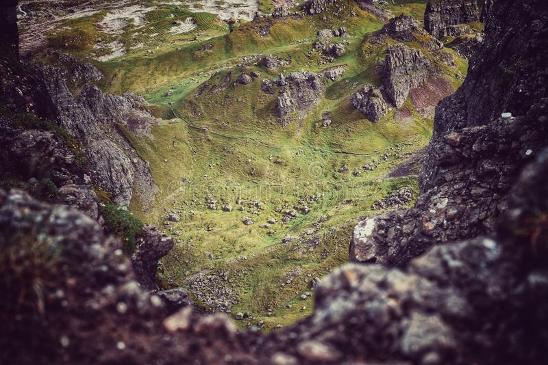 La montaña verde hermosa a través de una cuesta rocosa foto de archivo libre de regalías