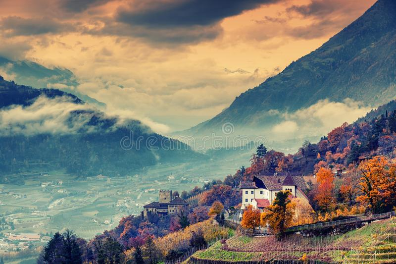 La montaña y la ciudad hermosas ajardinan, el Tyrol del sur, Italia, Dolom fotografía de archivo libre de regalías