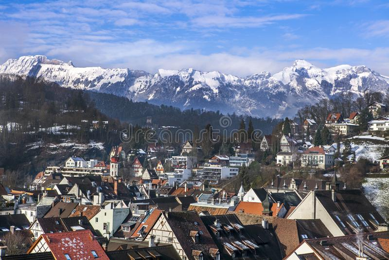 La montaña y las casas en la nieve y una ciudad en las montañas en invierno fotos de archivo