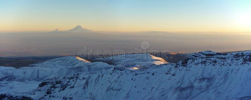 La montagna Aragats Armenia si appanna il cielo immagine stock libera da diritti