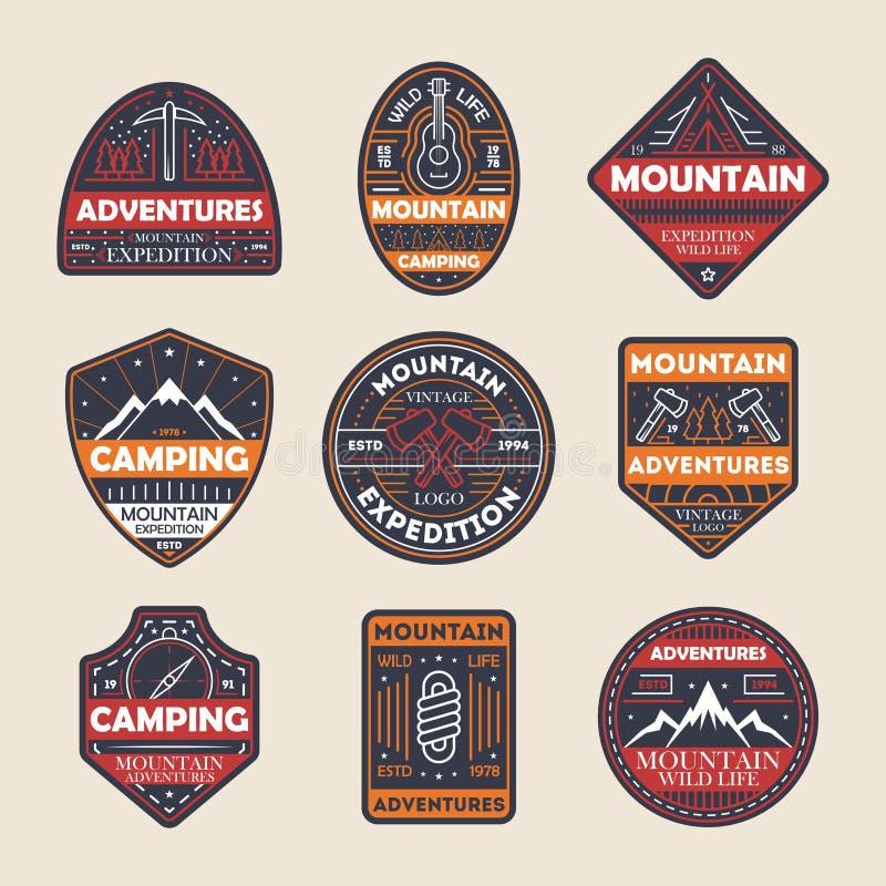 La montagna avventura l'insieme di etichetta isolato annata royalty illustrazione gratis