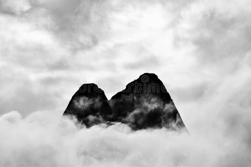 La montagna del Parco di Stato di Tre Peaks tra le nuvole dopo una giornata di pioggia fotografia stock