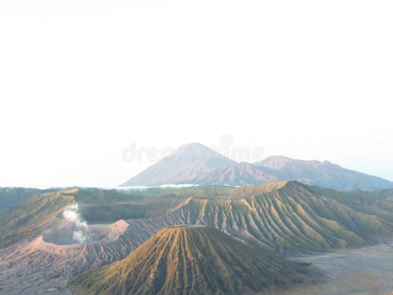 La montagna di Bromo di vista del paesaggio è un vulcano attivo fotografie stock